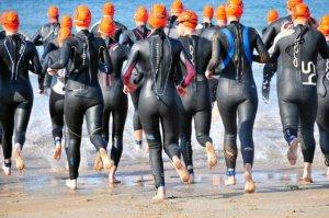 Auf ins Wasser im Neoprenanzug beim Triathlon