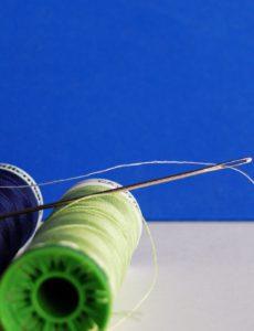 Neoprenanzug reparieren mit Nadel und Faden