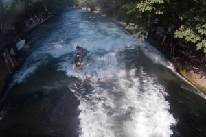 surfer-shorts-auf-dem-eisbach