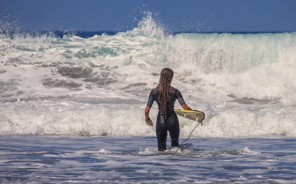 Auf ins Wasser im Neoprenanzug (Foto: analogicus aus Andernach auf pixabay)